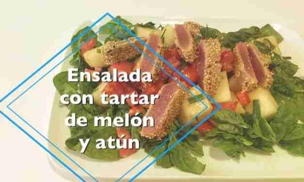 Vídeo-receta de ensalada con tartar de tomate, melón y atún con sésamo