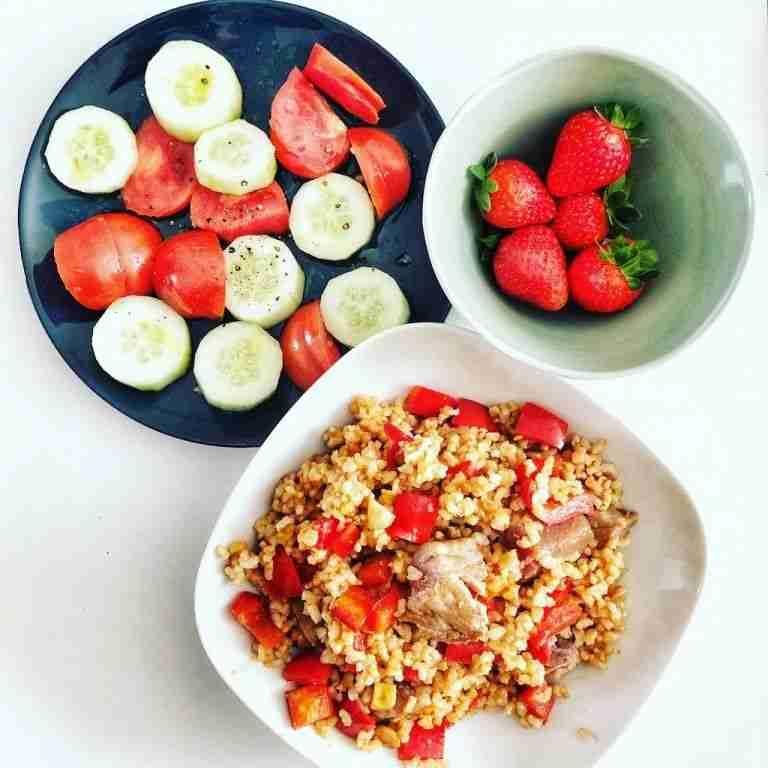 Arroz integral con vegetales, atún y salsa de soja