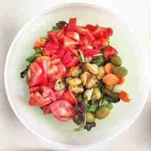 Ensalada con mejillones al natural y aceitunas