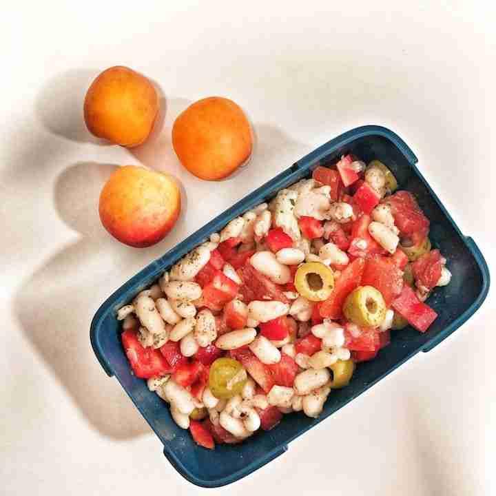 Ensalada de alubias con verduras y aceitunas