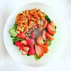 Ensalada de espinacas con alubias, fresas y semillas de chia