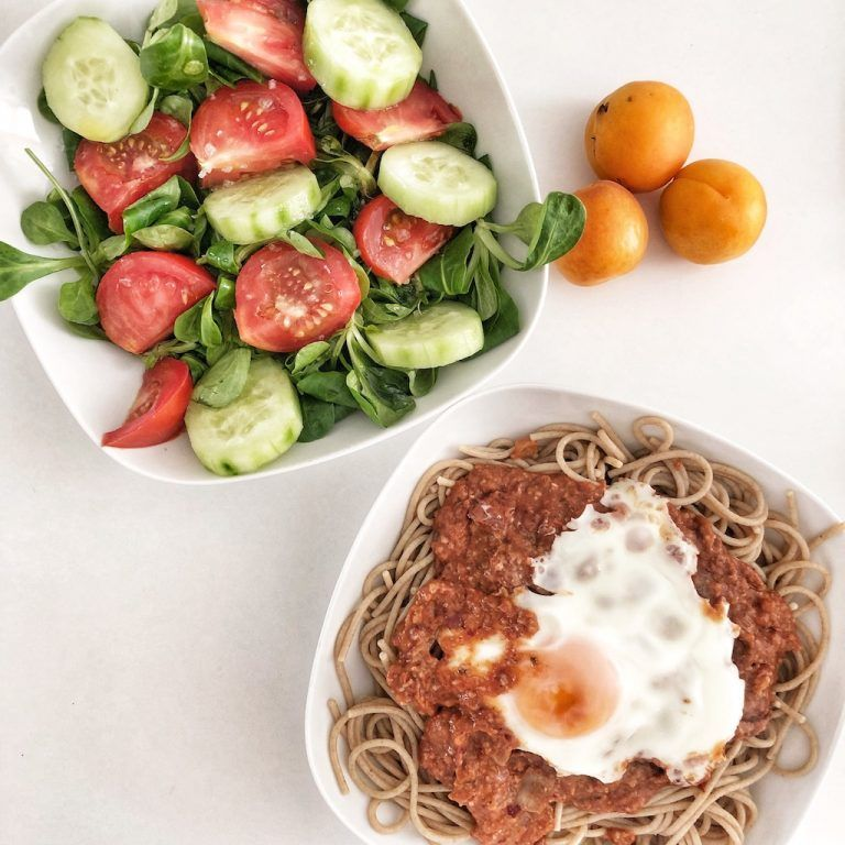 Espaguettis de kamut con salsa bolognesa vegana y huevo a la plancha