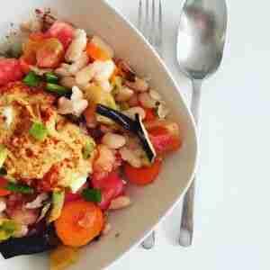 Ensalada de alubias con hummus de garbanzos, zanahoria y berenjena asada