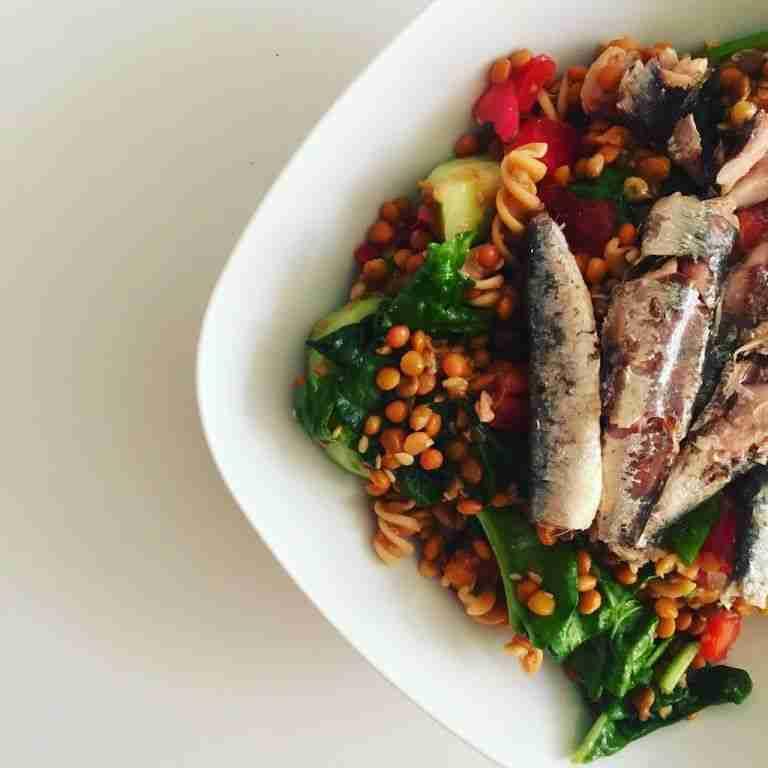 Ensalada de lentejas con verduras salteadas y sardinas