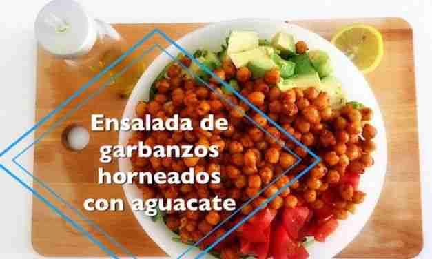 Vídeo-receta de ensalada con garbanzos horneados y aguacate