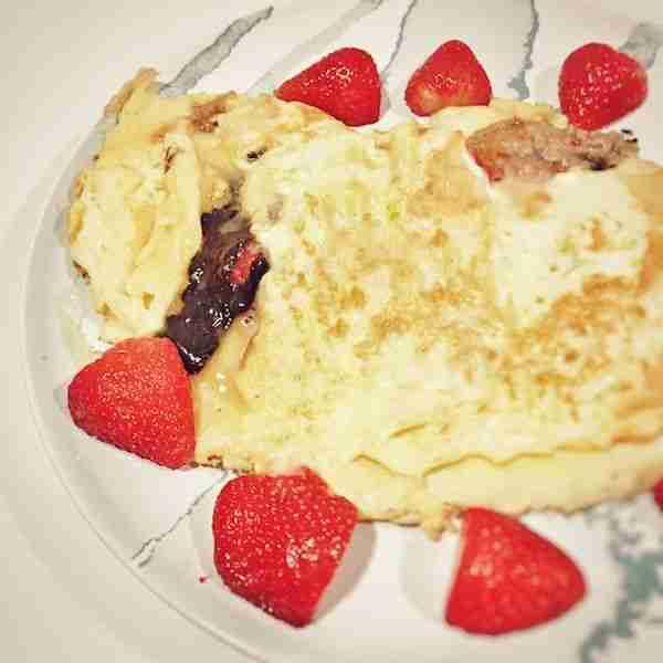 Crepes con mantequilla de cacahuete, chocolate y fresas