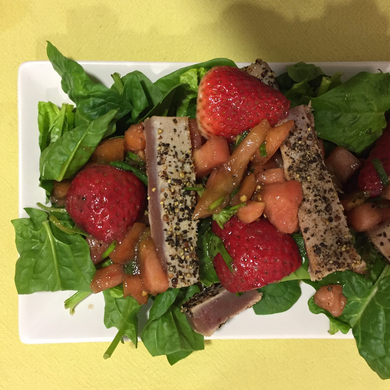 Ensalada de espinacas con atún y tartar de fresas y tomate