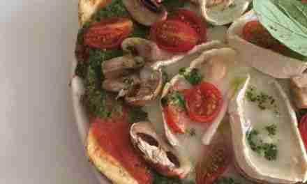 Pizza con base de pollo y huevo