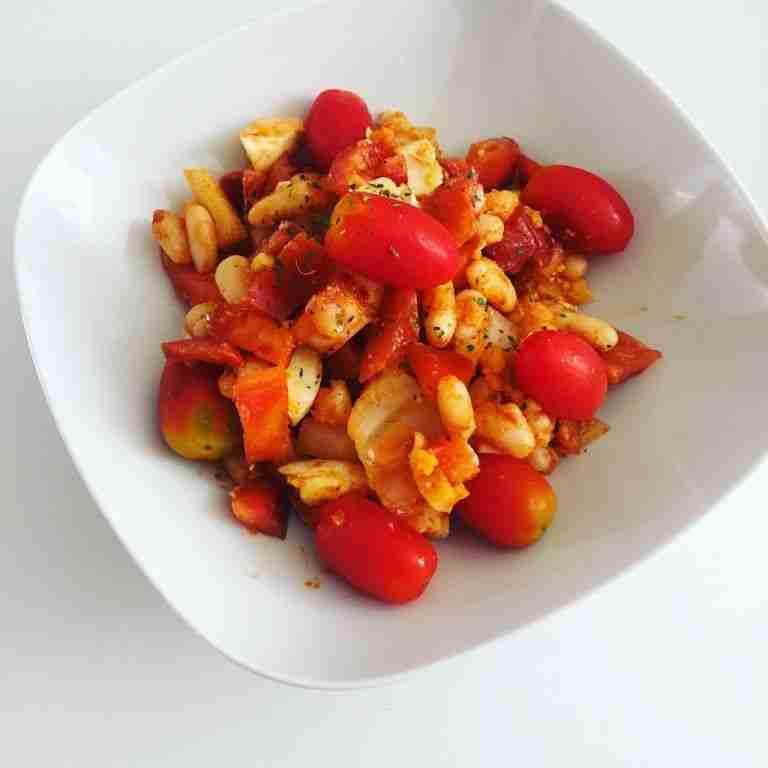 Ensalada de alubias blancas con verduras y pimentón
