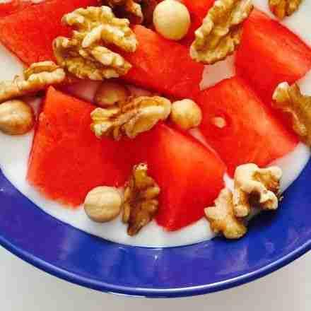 yogur natural con fruta y frutos secos