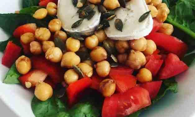 Ensalada de garbanzos con vegetales y queso de cabra