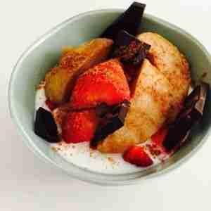Compota con fresas, yogur y chocolate 85%