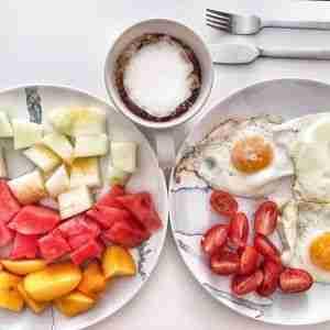 Huevos a la plancha y fruta