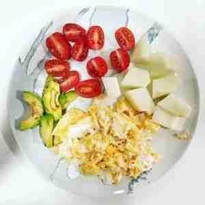 Huevos revueltos con aguacate a la plancha