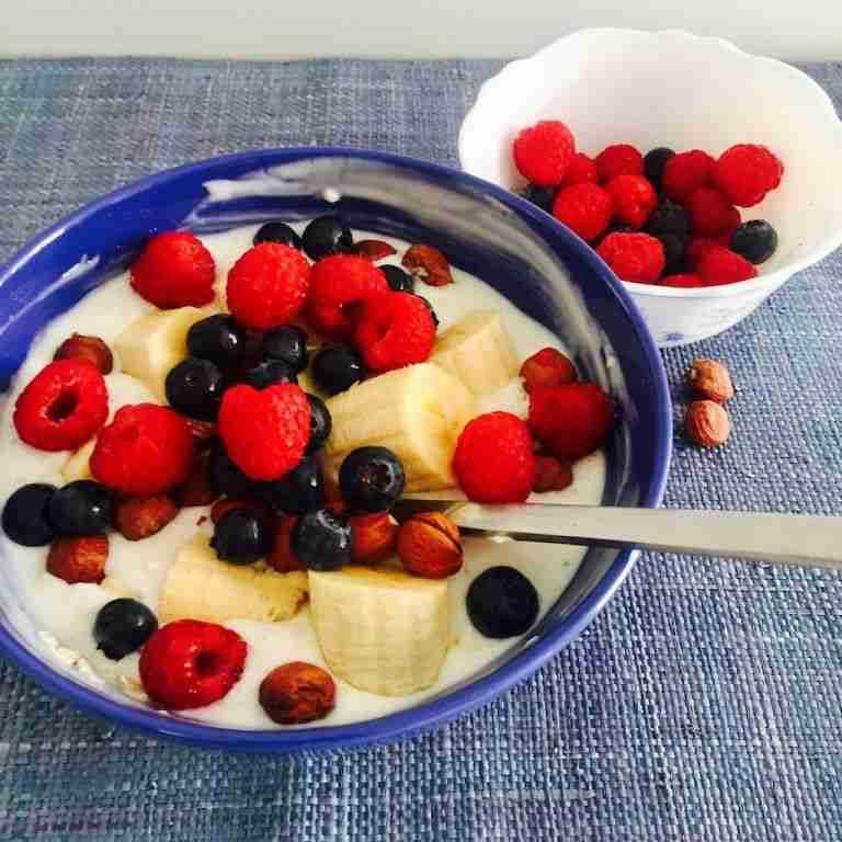 Yogur con frutos del bosque, plátano y avellanas