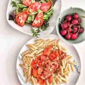 Pasta integral con pisto de tomate y atún y ensalada