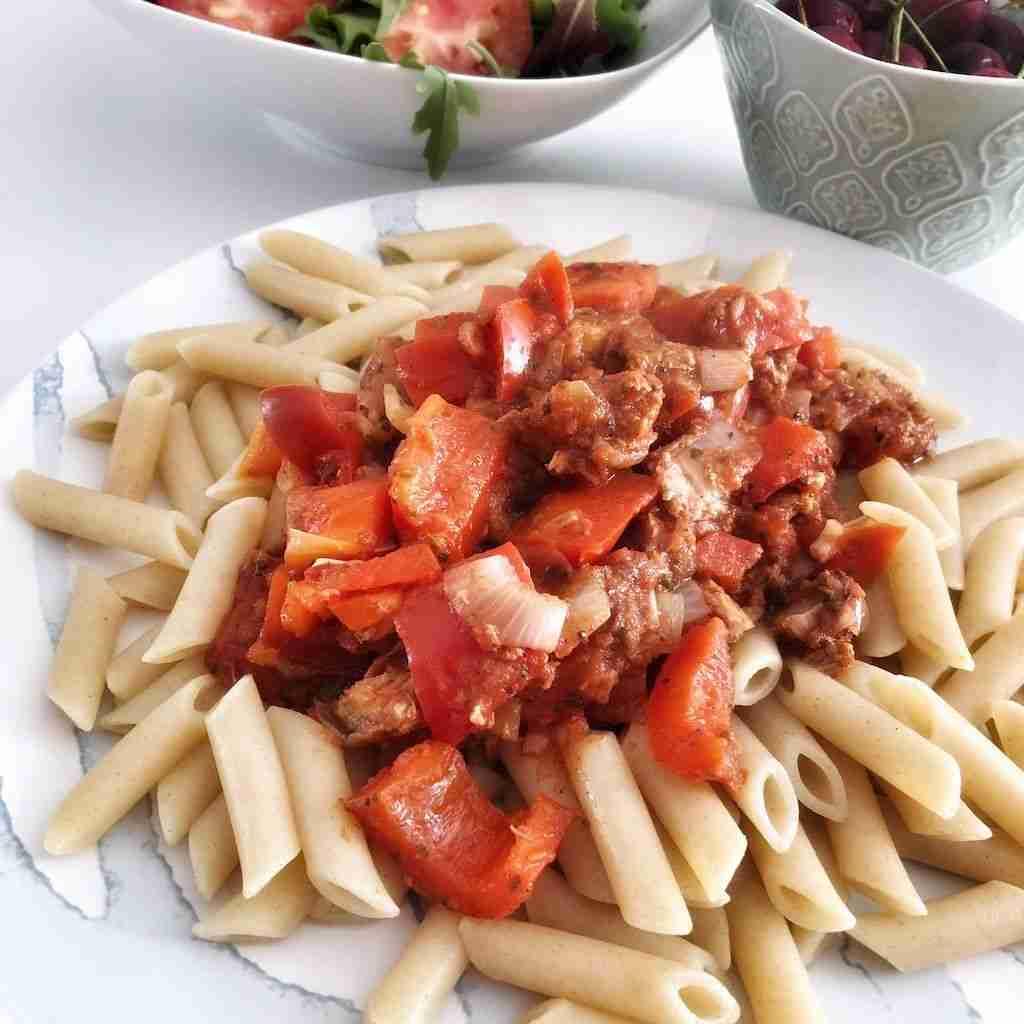 Pasta integral con pisto de tomate y atún