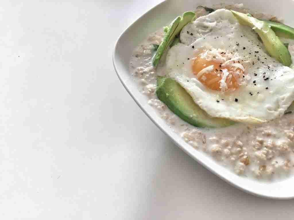 Porridge de avena con aguacate y queso parmesano