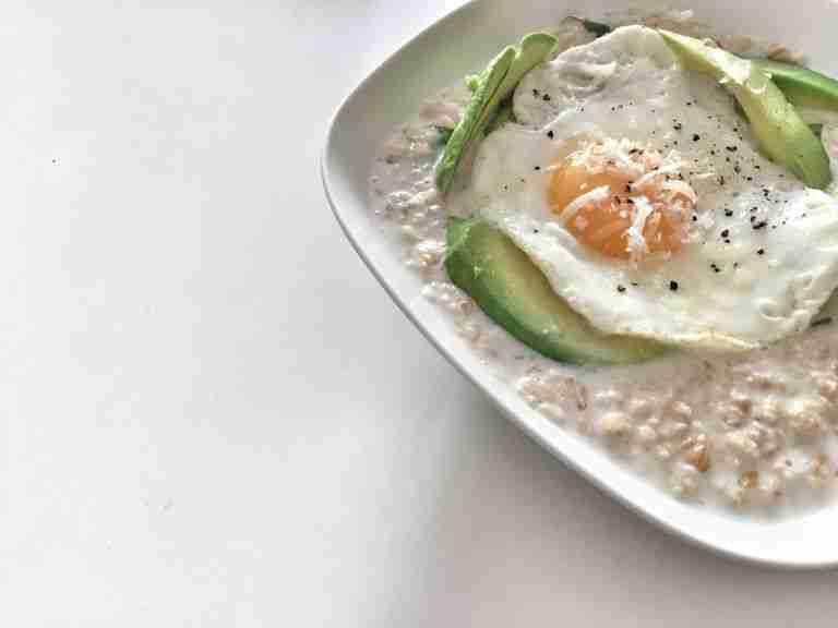 Porridge con aguacate y queso parmesano