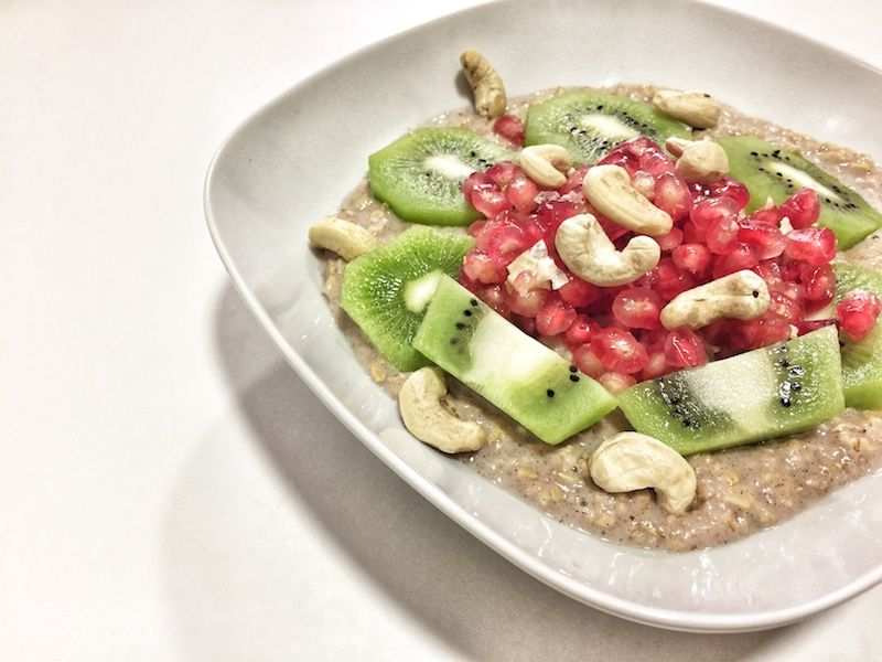 Porridge con granada, kiwi y anacardos