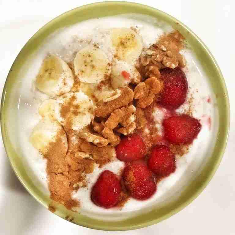 Porridge de avena con yogur, nueces y fresas
