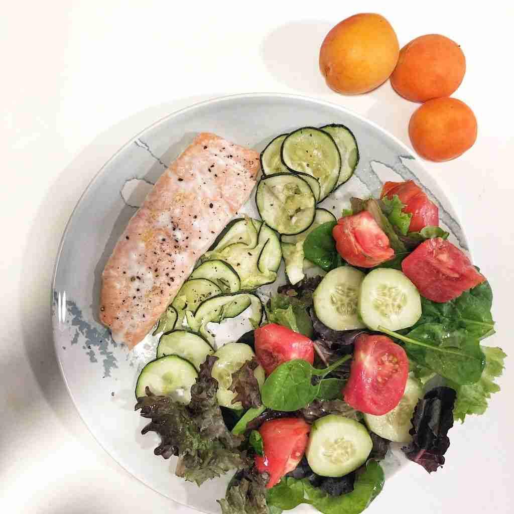 Salmón y calabacín al horno con ensalada