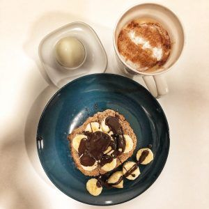 Tostadas integrales con plátano y chocolate 90% derretido