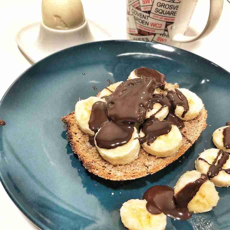 Tostadas integrales con plátano y chocolate derretido