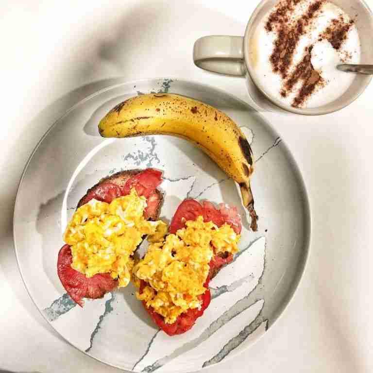 Tostadas integrales con tomate y huevos revueltos
