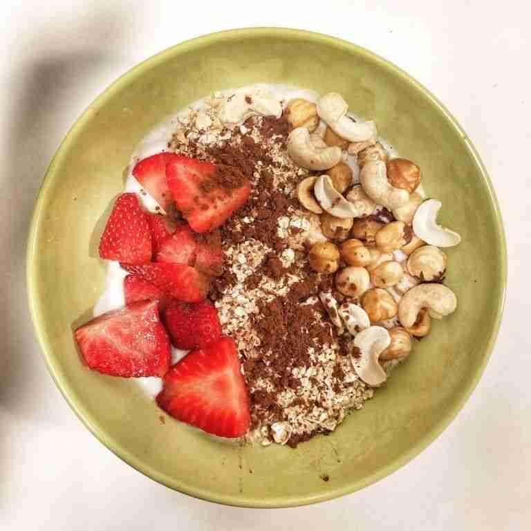 Yogur natural con cacao, anacardos, avena y fresas