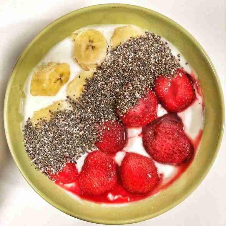 Yogur natural con fresas congeladas y semillas de chía machacadas