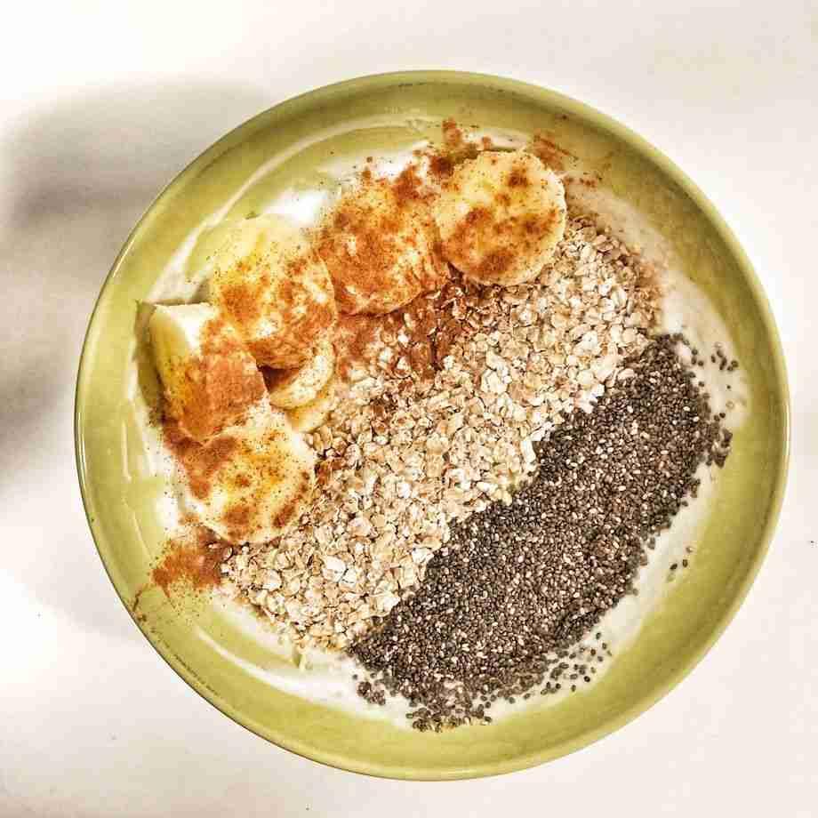 Yogur natural con plátano, avena y semillas de chía