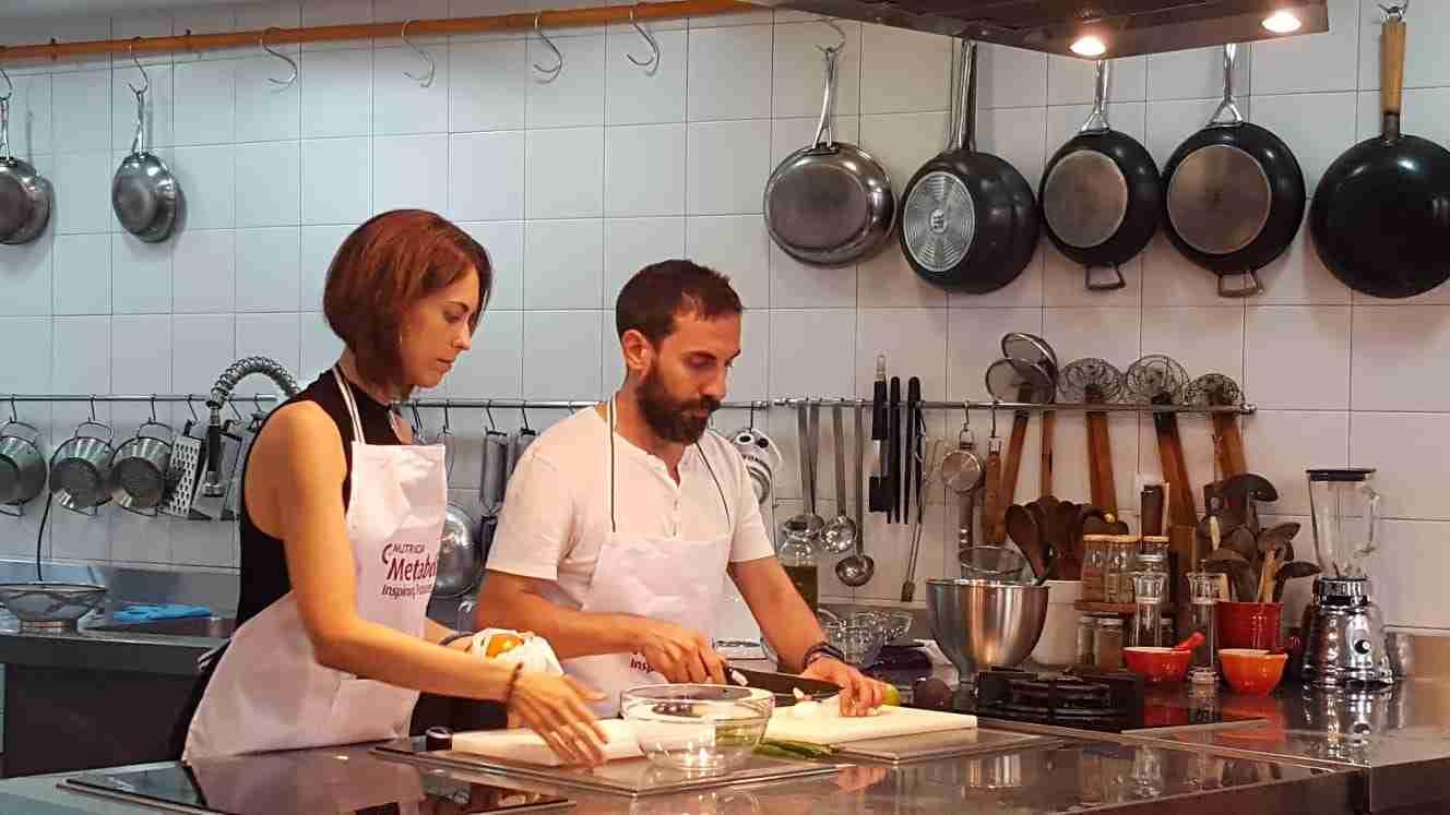 Concentrados mientras cocinamos en el taller de Cuineta Metabolica organizado por la unidad de nutrición de La Fe de Valencia.