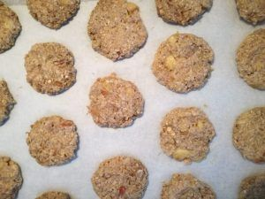 Formar las galletas con la masa de avena y frutas