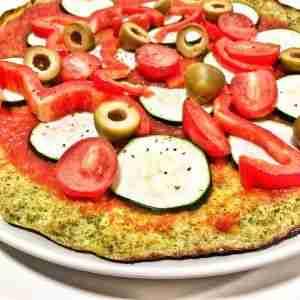 pizza con base de brócoli y mogollón de verduras