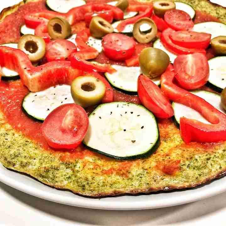 Pizza con base de brócoli y muchas verduras