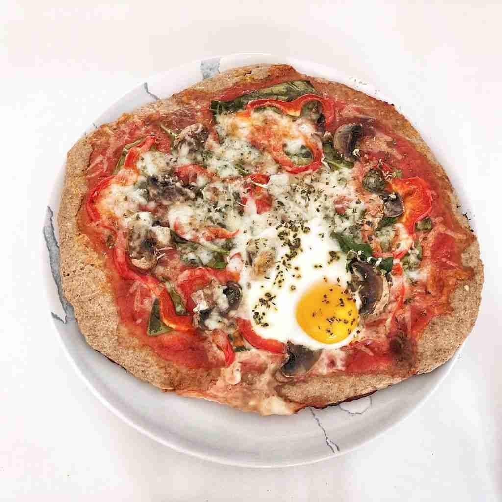 Pizza integral con verduras y huevo