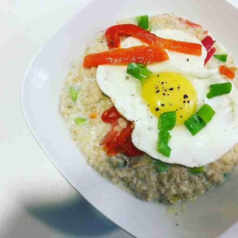porridge con pimientos y huevo
