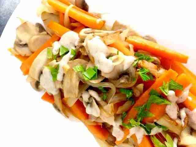 Salteado de verduras con bechamel de tahini