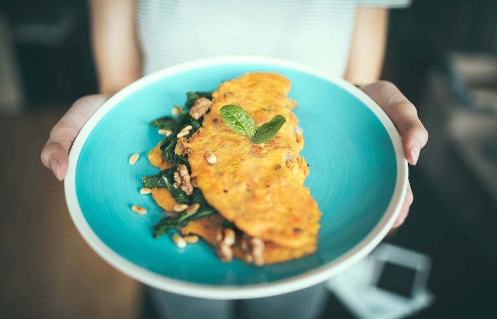 Tortilla con queso de cabra y aceitunas negras